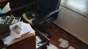 Una de les taules regirades del despatx de l'advocat Gonzalo Boye, on han entrat aquesta nit (Gonzalo Boye)