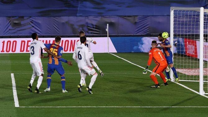 Qui va decidir que Jordi Alba cobrís el pal en la falta del 2-0 del clàssic?