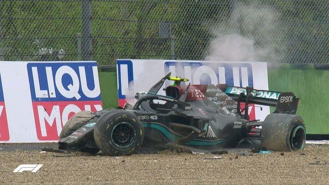 Un fort accident entre Bottas i Russell provoca la bandera vermella