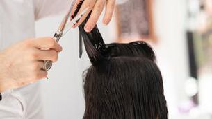 Des de tallar-te els cabells fins a rebre una classe: el boom de les app de serveis a domicili