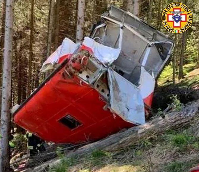 La cabina del telefèric ha quedat totalment aixafada per l'impacte