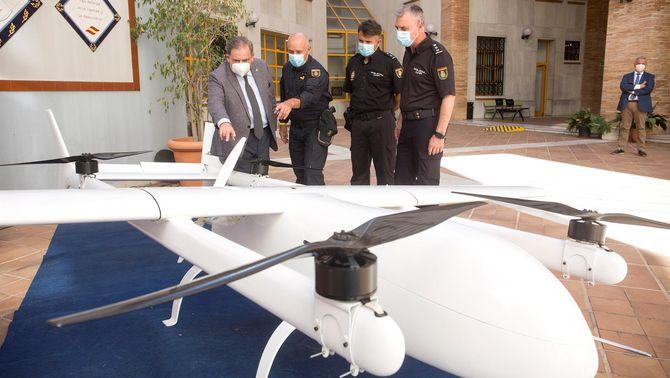 La Policia Nacional observant el dron que transportava droga (EFE)