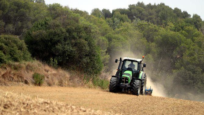 Un tractor rostollant a Lliçà de Vall