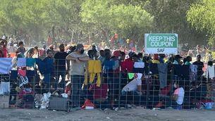 Més de 10.000 migrants recent arribats malviuen sota un pont de Texas a tocar de la frontera amb Mèxic