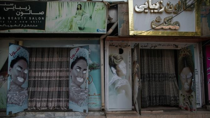 Salons de bellesa a Kabul. Els talibans volen esborrar la imatge de les dones al carrer.