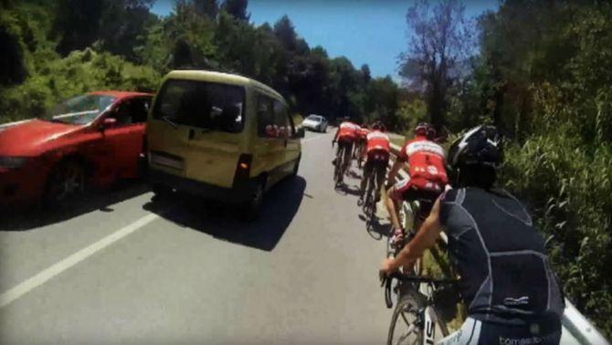 Denunciada una conductora enxampada mentre avançava de forma perillosa un grup de ciclistes