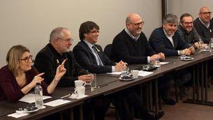 Un moment de la reunió de Puigdemont amb diputats de JxCat, aquest dimecres a Bèlgica (EFE)