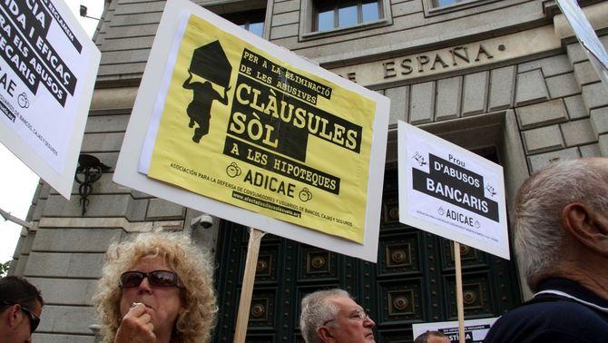 Pancartes en contra les clàusules sòl, davant la seu del Banc d'Espanya a Barcelona (ACN)