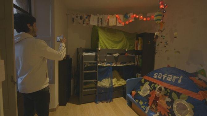 El Miki entra a l'habitació per despertar la mainada