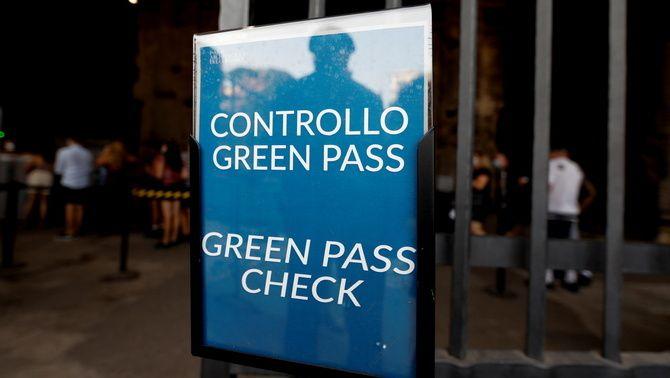 Cartell al Coliseu que alerta que per entrar-hi cal el certificat Covid