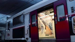 La recreació d'una escalinata senyorial a l'interior d'un vagó de la línia C de rodalies de París