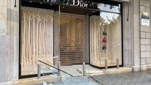 Encasten un cotxe contra una botiga de Dior per robar-hi i en fugir xoquen amb els Mossos