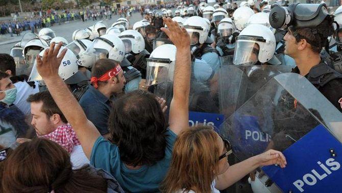 Canons d'aigua i noves càrregues policials tornen a la plaça Taksim d'Istanbul