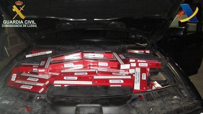 La zona del motor del cotxe que divendres 4 de març va ser interceptat a la duana de la Farga de Moles amb tabac de contraban (Guàrdia Civil)