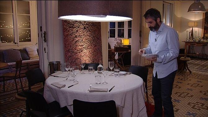 """Roger de Gràcia parant taula per a """"El sopar"""""""