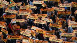 """Una imatge de la manifestació. La gent mostrant cartells amb el lema """"Llibertat"""""""
