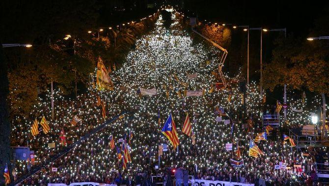 """Centenars de milers de persones participen en la marxa """"per la llibertat dels presos polítics"""""""