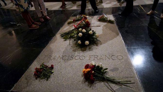 Els marbristes que han aixecat la llosa de Franco denuncien insults de la ultradreta