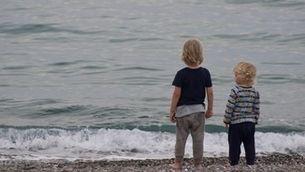 dos nens davant del mar