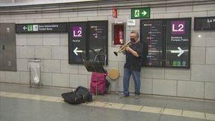 L'Eduardo tocant la trmpeta al metro de Barcelona