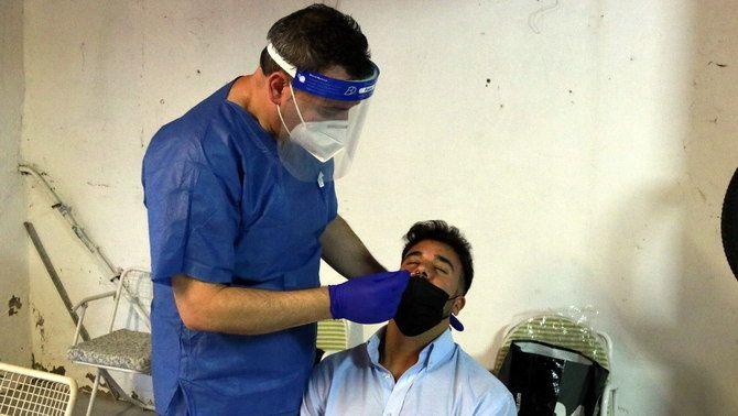 Un sanitari fa un test d'antígens a l'assistent a un casament