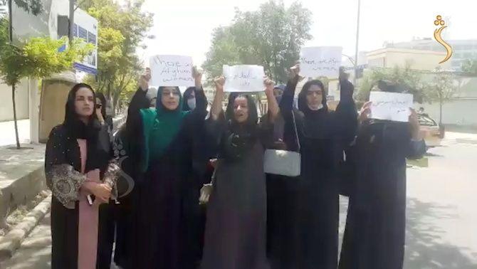 Dones afganeses protesten contra els talibans als carrers de Kabul