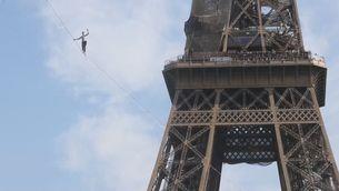 Un funambulista camina pel cel de París