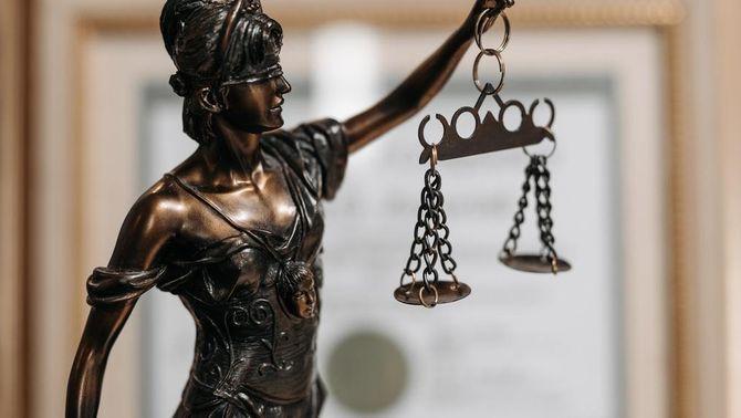 Una figura que representa la justícia amb unes balances