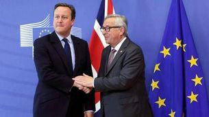 Cameron i Juncker se saluden a l'arribada del primer ministre britànic a Brussel·les (EFE)