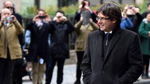 Carles Puigdemont arribant a la sala de premsa