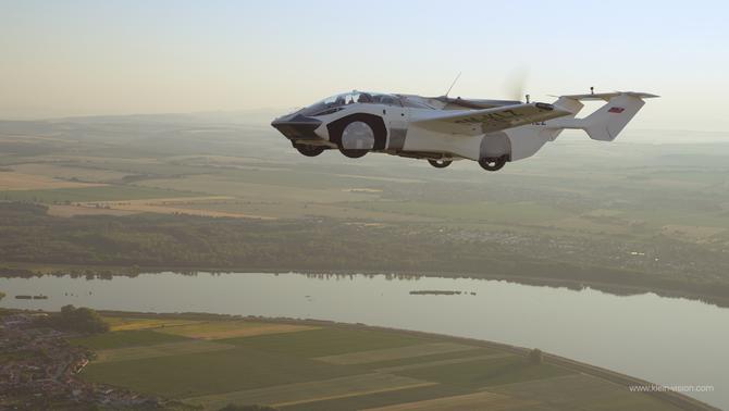 AirCar, el primer cotxe volador que completa un vol interurbà i continua per carretera