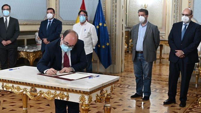 El ministre d'Administracions Públiques, Miquel Iceta, signa l'acord davant dels líders sindicals