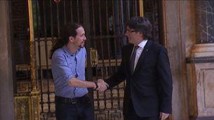 Puigdemont i Iglesias se saluden abans de la reunió