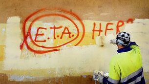 Un operari municipal esborra una pintada a favor d'ETA (EFE)