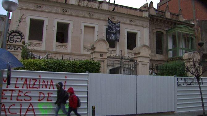 Els veïns eviten l'enderrocament d'una finca i una alzina centenària al barri de Gràcia