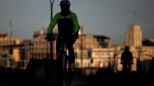 Un home en bicicleta aquest diumenge pel passeig de la Corunya (Efe/Cabalar)
