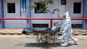 Sanitaris retiren el cos d'una víctima de Covid de l'hospital de Kolkata, a l'Índia