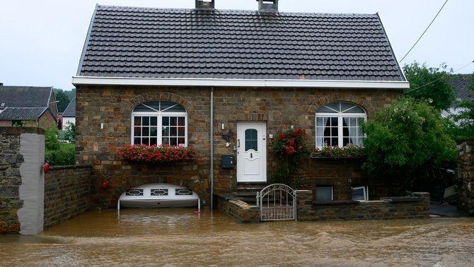 L'aigua ha inundat l'entrada d'aquesta casa de Theux, a Bèlgica
