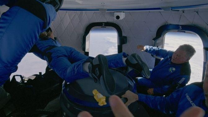 Els tripulants de la Blue Origin en un moment d'ingravidesa a l'espai