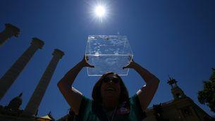 Una noia aixeca una urna a l'acte pel referèndum a Montjuïc (Reuters)