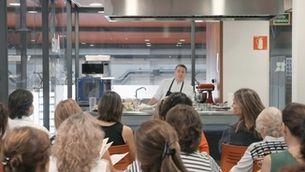 Un taller de cuina al mercat de la plaça de Cuba de Mataró