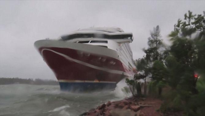 Un transbordador amb més de 400 passatgers encalla al Bàltic