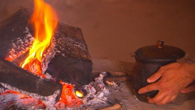 S'hi han recreat sis llars de foc i un forn i s'han fet servir diferents combustibles