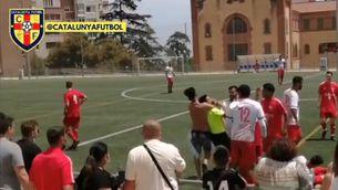 Un aficionat sense samarreta agafa pel coll a l'àrbitre durant un partit de quarta catalana