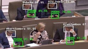 Una intel·ligència artificial vigila els diputats que es distreuen amb el mòbil a l'hemicicle