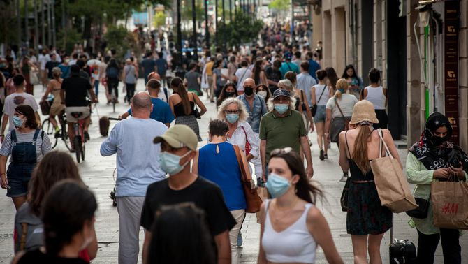 Gent passejant per la Rambla de Barcelona el 18 de juny