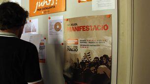 Un cartell d'Òmnium Cultural cridant a participar en la manifestació del 10-J. (Foto: ACN)