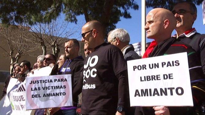 Un centenar d'afectats per l'amiant es manifesten a Viladecans