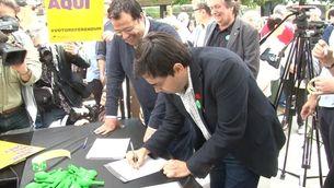 El primer tinent d'alcalde de Barcelona, Gerardo Pisarello, signa el Pacte en presència de Joan Ignasi Elena