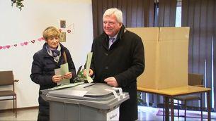 Volker Bouffier de la CDU de Hessen i la seva dona votant